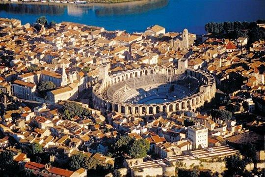 Arles,retour vers l' Antiquité... dans Culture arles-monuments-romains1